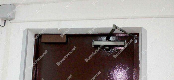 Почему доводчик не закрывает дверь до конца